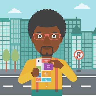 Homme avec téléphone modulaire
