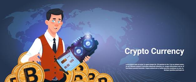 Homme tenant une puce et bitcoin sur le concept de monnaie cryptographique fond carte monde
