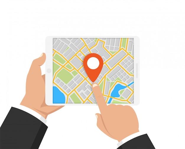 Homme tenant une tablette avec navigation gps mobile