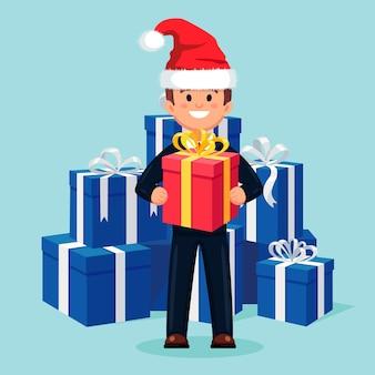 L'homme tient les coffrets cadeaux emballés, présente un ruban à la main.
