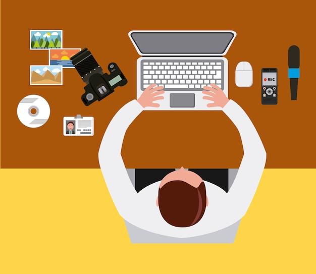 Homme travaillant ordinateur portable caméra bureau et vue d'en haut