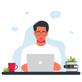 Homme travaillant sur ordinateur portable. travail à la conception de concept à domicile. homme indépendant travaillant sur ordinateur portable. homme souriant est assis avec un ordinateur portable. autour d'internet, e-mail, icônes de message. programmeur indépendant avec un ordinateur portable.