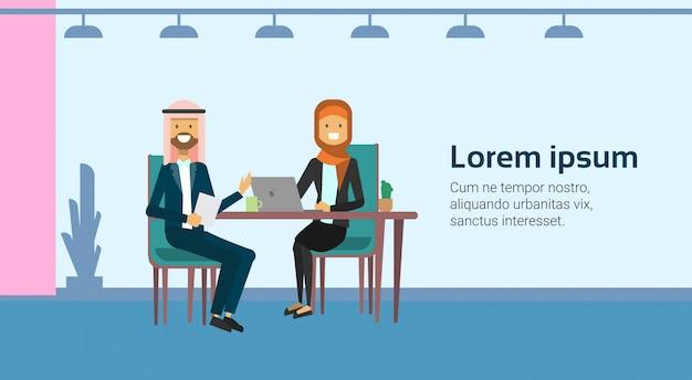 Les hommes d'affaires arabes parler de communication entrevue de travail assis au bureau