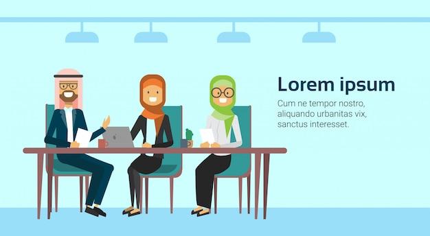 Hommes d'affaires arabes parler consultation de travail travailleurs musulmans réunion ou entretien assis à la bannière du bureau