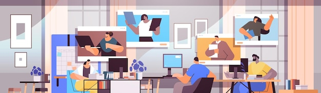 Hommes d'affaires discutant avec des collègues dans les fenêtres de navigateur web lors d'un appel vidéo équipe de gens d'affaires utilisant le travail d'équipe de communication en ligne d'une conférence virtuelle