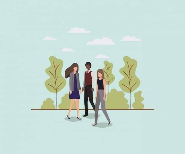 Hommes d'affaires élégants marchant dans le parc