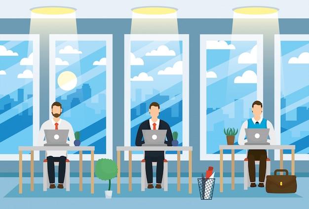 Hommes d'affaires élégants travaillant avec un ordinateur portable au bureau