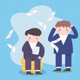 Les hommes d'affaires de la faillite assis sur des pièces de monnaie avec des draps de la crise financière de l'entreprise
