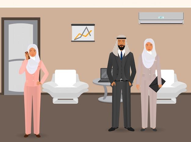 Hommes d'affaires . gens d'affaires arabes debout dans le bureau. homme d'affaires et femmes d'affaires à l'intérieur du bureau.