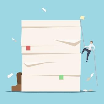 Hommes d'affaires grimpant sur une pile de documents