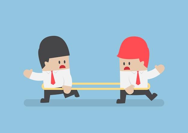 Les hommes d'affaires marchent dans la direction opposée