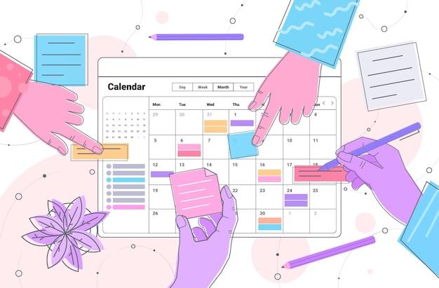 Les hommes d'affaires ont les mains de la planification de la planification des rendez-vous dans l'application du calendrier en ligne