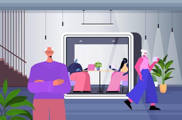 Hommes d'affaires travaillant dans des cabines de verre de protection équipe de gens d'affaires dans une illustration vectorielle horizontale de bureau moderne pleine longueur