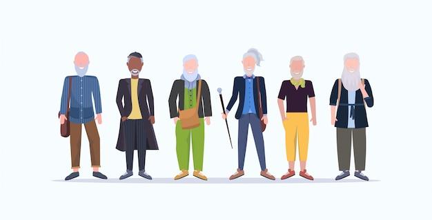 Hommes d'âge mûr occasionnels debout ensemble souriant senior race aux cheveux gris personnes portant des vêtements à la mode des personnages de dessins animés masculins pleine longueur fond blanc horizontal
