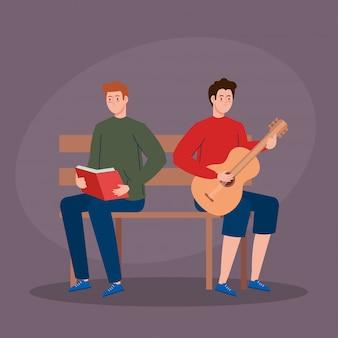 Hommes assis dans une chaise de parc, jeune homme jouant de la guitare et homme lisant un livre