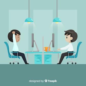 Les hommes au fond du bureau
