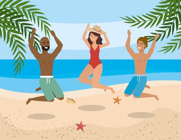 Hommes et femme sautant et vêtu d'un short de bain et d'un maillot de bain avec chapeau