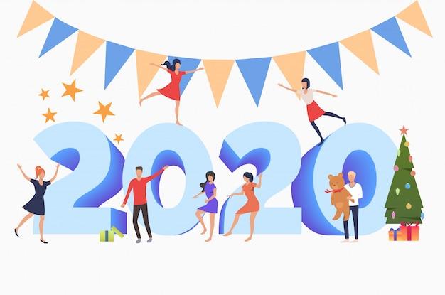 Hommes et femmes fêtant le nouvel an 2020