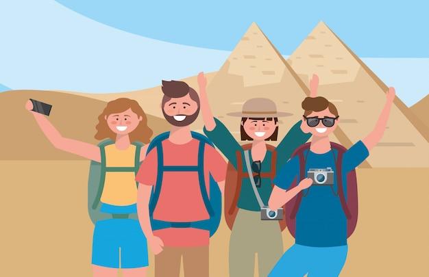 Hommes et femmes prenant des photos avec un sac à dos