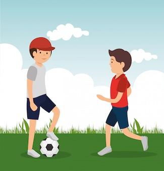 Hommes jouant au football dans le camp