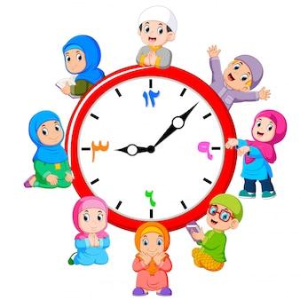 L'horloge avec les enfants autour du