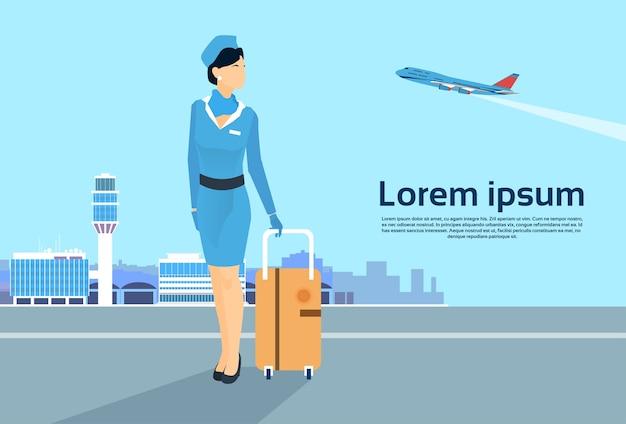 Hôtesse de l'air avec siutcase over airport espace de copie