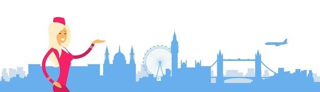 Hôtesse de l'air en uniforme open palm à london city view