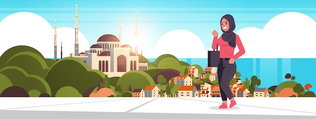 Ic femme marche en plein air arabe femme d'affaires portant des vêtements traditionnels arabe femelle personnage de dessin animé sur nabawi mosquée bâtiment musulman paysage urbain beau bord de mer fond horizontal
