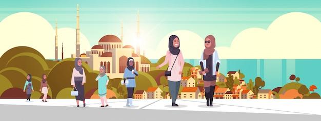 Ic personnes marchant en plein air femmes arabes portant des vêtements traditionnels personnages de dessins animés arabes sur la construction de la mosquée nabawi paysage urbain musulman beau fond de bord de mer horizontal