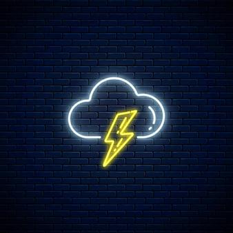 Icône de météo orage au néon brillant sur fond de mur de briques sombres. symbole de tempête avec des nuages et des éclairs de style néon pour les prévisions météorologiques dans l'application mobile. illustration vectorielle.