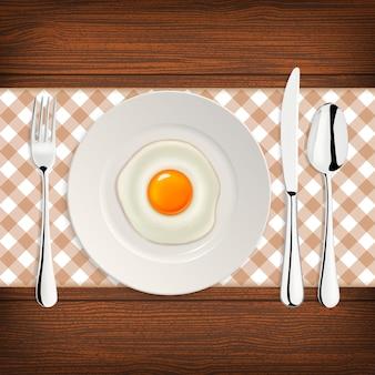 Icône d'oeuf frit réaliste sur une plaque avec une fourchette et un couteau. modèle.