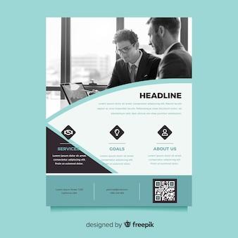 Idée de flyer d'affaires avec des hommes qui parlent dans un bureau