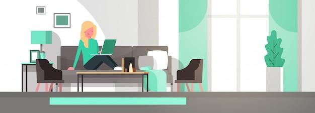 Illustration d'une femme travaillant à la maison