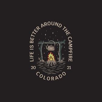Illustration d'un feu de camp et d'une bouilloire avec un logo vectoriel de style dessiné à la main vintage