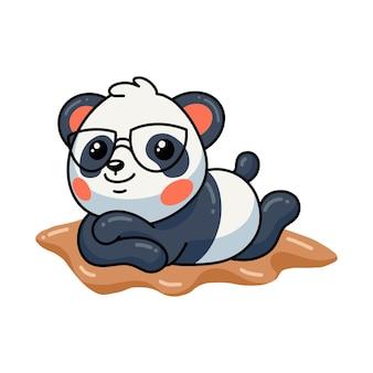 Illustration de mignon petit dessin animé de panda se faire bronzer sur le sable
