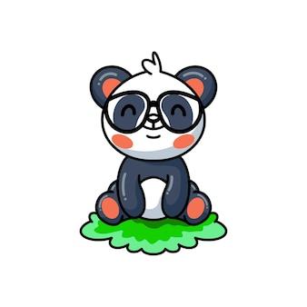 Illustration de mignon petit panda dessin animé assis sur l'herbe