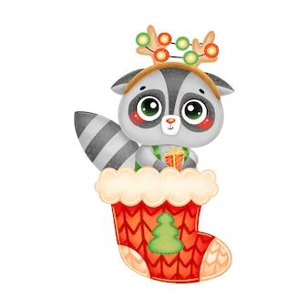 Illustration de raton laveur de noël dessin animé mignon avec des cornes de cerf et cadeau en chaussette de noël rouge