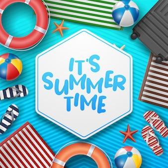 Illustration de vacances d'été de vecteur avec ballon de plage, feuilles de palmier, planche de surf et lettre de typographie sur modèle.