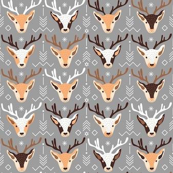 Illustration vectorielle du motif de thème de noël festif avec des têtes de rennes et d'ornements sur fond gris...