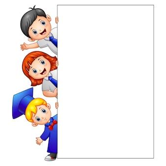 Illustration vectorielle de happy kid holding signe vide