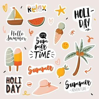 Impression d'été avec des éléments de vacances mignons et lettrage isolé