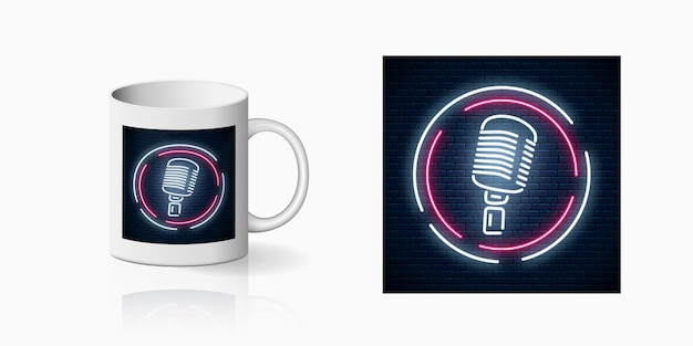 Impression néon du microphone dans un cadre rond sur une maquette de tasse en céramique. conception d'une discothèque avec karaoké et musique live. icône de café sonore.