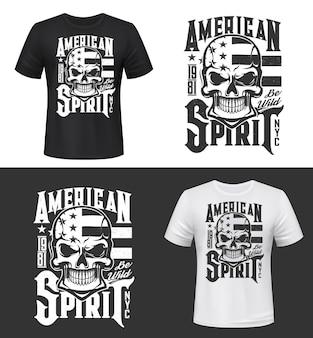 Impression de tshirt avec crâne et drapeau des états-unis, maquette de conception de vêtements. modèle de t-shirt avec typographie american spirit. impression monochrome, emblème de mascotte isolé ou étiquette sur fond noir et blanc