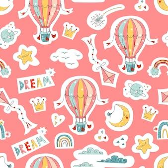 Impressions mignonnes pour enfants avec ballon, cerf-volant, arc-en-ciel dans un style dessiné à la main pour la conception de la pépinière