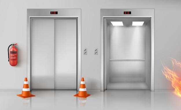 Incendie dans le couloir, les portes d'ascenseur et l'extincteur