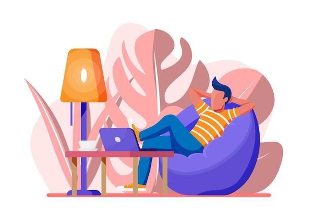 Indépendant avec ordinateur portable dans un fauteuil poire. un homme d'affaires indépendant détendu travaille à la maison. personnage en vêtements décontractés assis avec ordinateur. table, lampe, café et plante. vecteur de style plat