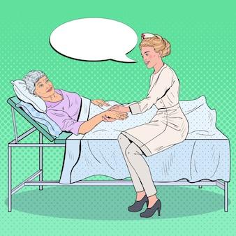 Infirmière tenant la main d'une femme plus âgée