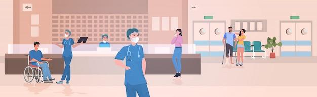 Infirmières et patients occupés à la réception de l'hôpital