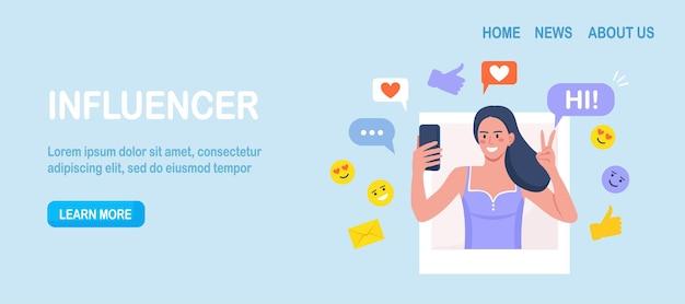 Influenceur des médias sociaux au travail. femme avec téléphone prenant une photo d'elle-même pour être publiée en ligne. marketing des médias sociaux ou promotion de réseau, smm pour promouvoir activement le blog sur les réseaux sociaux