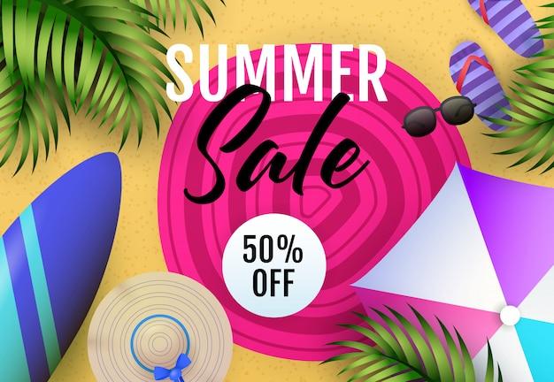 Inscription de vente d'été avec tapis de plage, parasol et planche de surf
